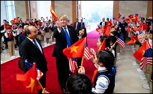Tổng thống Trump gây sốt với khoảnh khắc mượn lá cờ Việt Nam