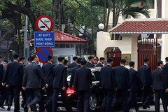 Xem dàn vệ sĩ lập rào chắn bảo vệ ông Kim Jong Un ở Hà Nội