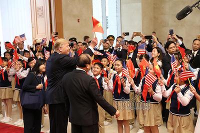 Thứ trưởng Ngoại giao nói về hình ảnh Tổng thống Trump cầm cờ Việt