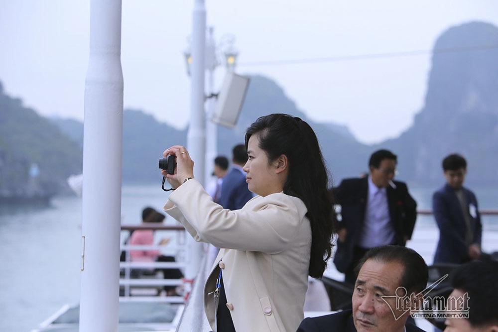 Nữ ca sĩ nổi tiếng Triều Tiên say đắm vịnh Hạ Long