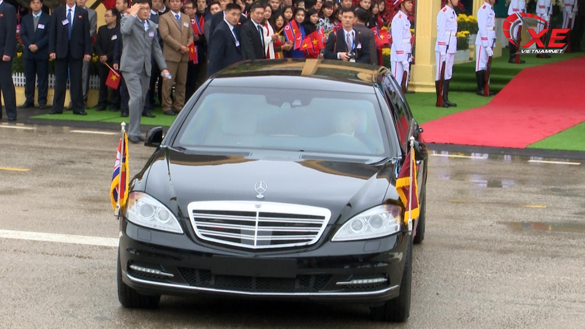 Hành động lạ của tài xế xe bọc thép chở ông Kim Jong-un