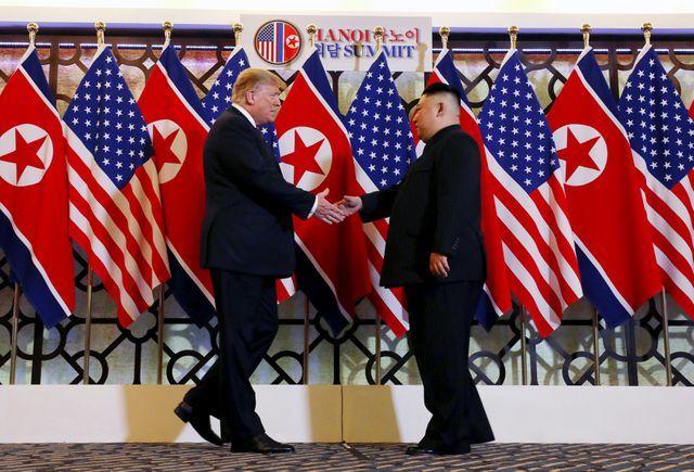 Cái bắt tay thân mật giữa lãnh đạo Mỹ - Triều Tiên ở Hà Nội