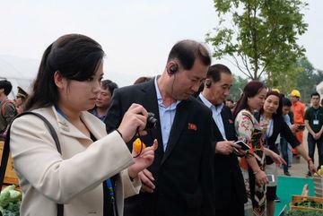 Nữ ca sỹ quyền lực Triều Tiên thích thú ăn ngay quả ớt tươi Việt Nam