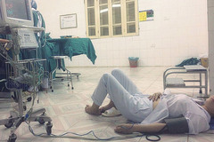 Bức ảnh con gái chụp mẹ là bác sĩ sản khoa bị ngất nằm truyền nước dưới đất sau ca mổ khiến dân mạng cay mắt