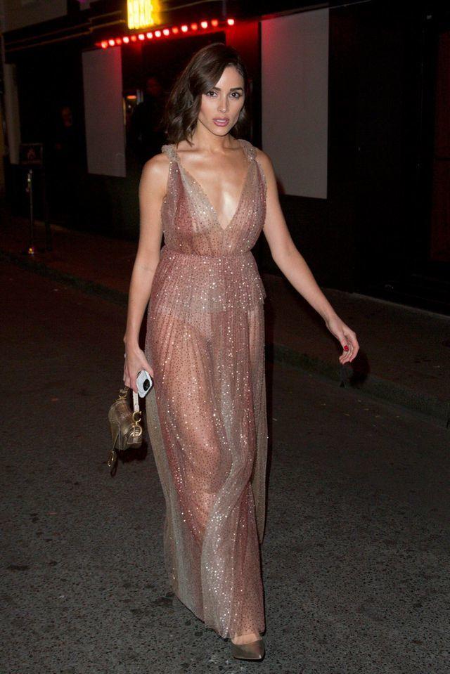 Hoa hậu Hoàn vũ 2012 mặc xuyên thấu, hở bạo ở Tuần lễ thời trang Paris