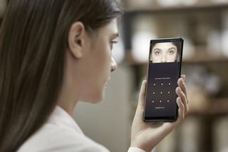Mở khóa bằng gương mặt có gây hại mắt?