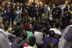 Tấn công lò mổ gà vịt: Bắt 22 người Việt chui lủi trong mê cung bốc mùi