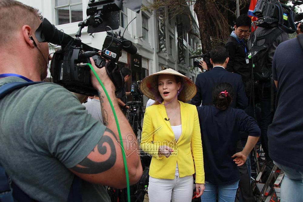 Nữ phóng viên Nga xinh đẹp đội nón lá đưa tin thượng đỉnh Mỹ-Triều