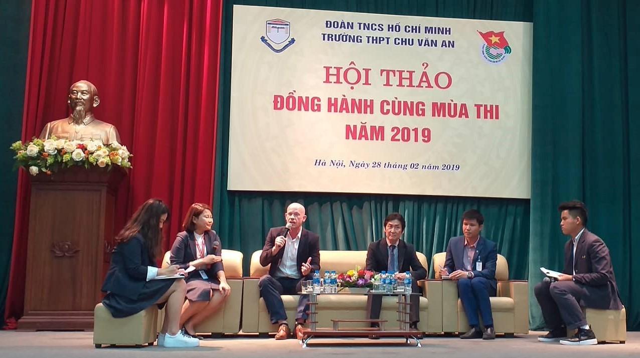 Tai nghe tư vấn thi THPT quốc gia, mắt tập trung giải đề