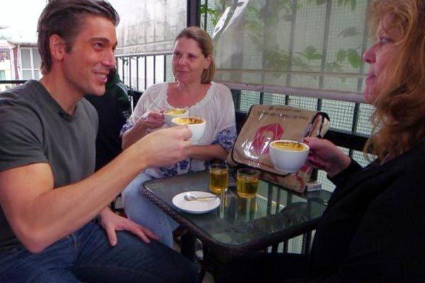 Phóng viên Mỹ phấn khích trải nghiệm món ngon vỉa hè Hà Nội