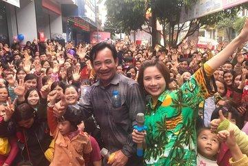 3 vạn dân Hải Phòng kéo tới xem Quang Tèo, đi bộ cả cây số mới đến cánh gà