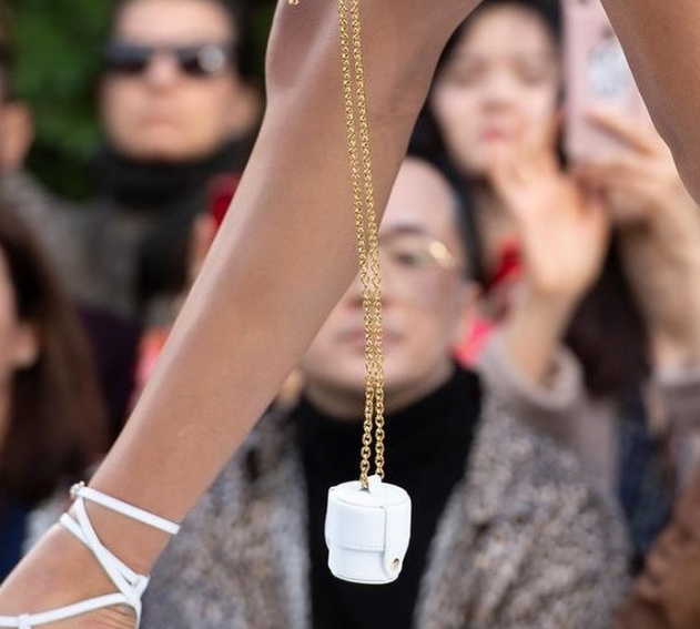 Túi xách nhỏ bằng bao diêm giá gần 12 triệu: Chả biết dùng làm gì