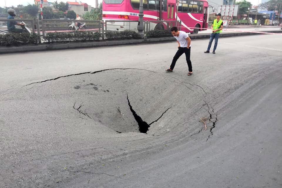 Quảng Ninh: Hố tử thần 50m2 xuất hiện trên QL18