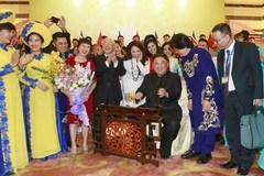 Hình ảnh Chủ tịch Triều Tiên Kim Jong-un chơi thử đàn bầu