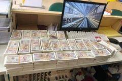 Mang bao tải tiền lẻ 1.000 - 2.000 đồng mua điện thoại 23 triệu tặng vợ 8/3