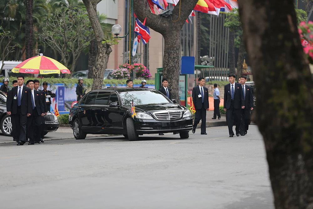 Đội vệ sĩ áo đen Triều Tiên rời khách sạn Melia