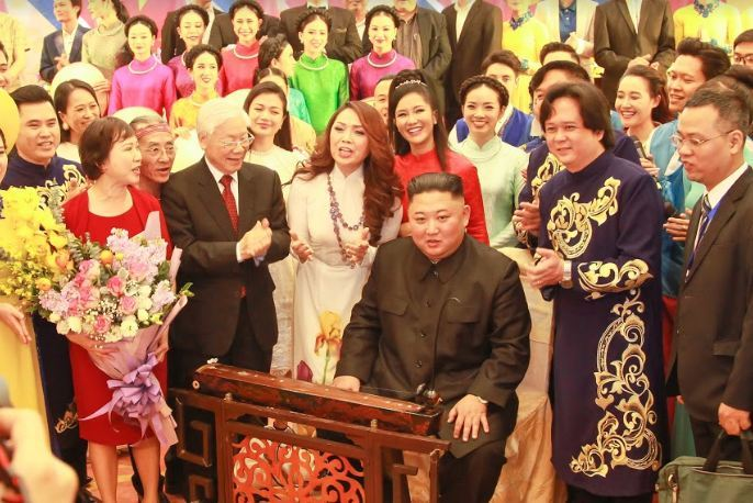 Chủ tịch Kim Jong-un liên tục vỗ tay khi xem các nghệ sĩ Việt biểu diễn