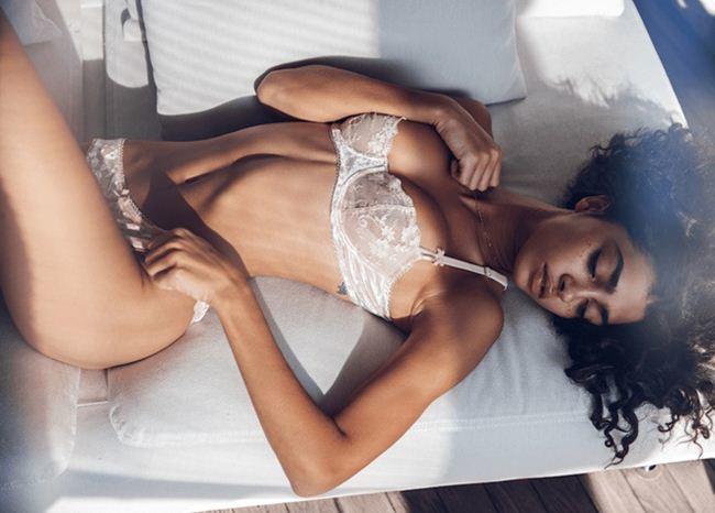 Người mẫu áo tắm gợi cảm là bạn gái của tỷ phú mạng xã hội