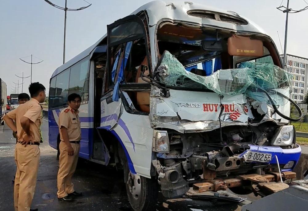 Ô tô khách nát đầu khi tông xe container, nhiều người bị thương