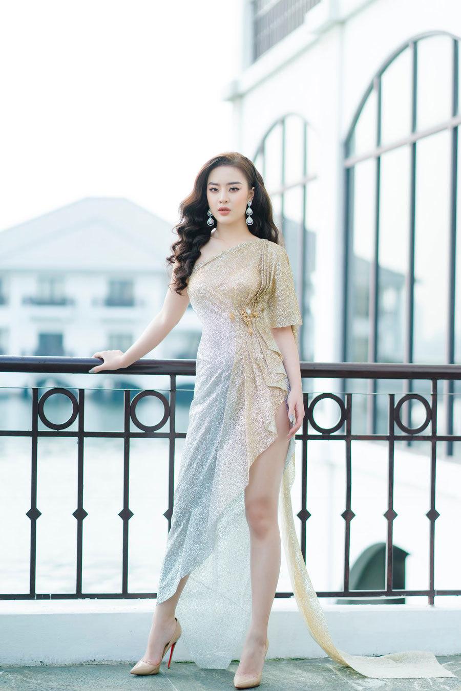 Người đẹp có vòng eo bé hơn Ngọc Trinh khoe chân dài miên man