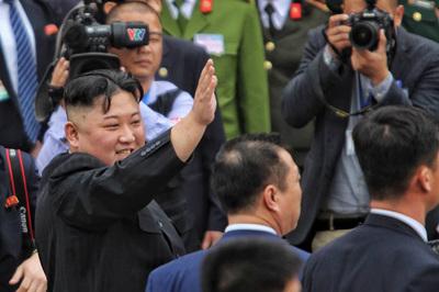 Khoảnh khắc Chủ tịch Triều Tiên thân thiện chào tạm biệt Việt Nam