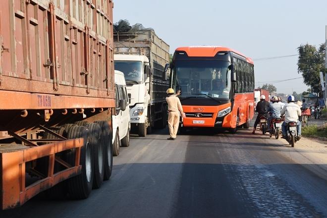Xe khách mất lái lao như điên vào xe buýt dừng đón học sinh