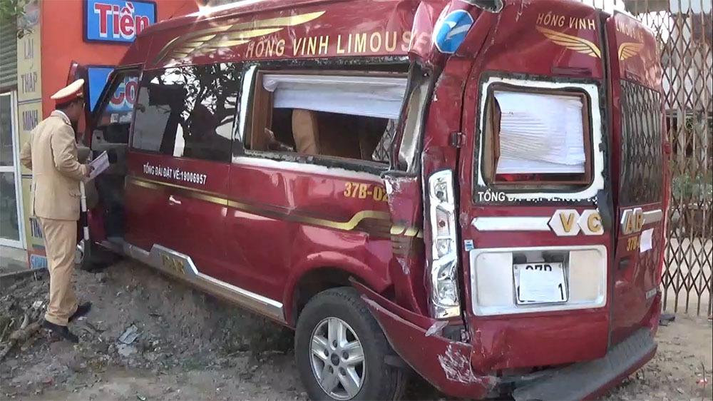Nghệ An: Xe tải hất văng xe khách, hành khách hoảng loạn