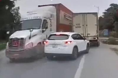 Container vượt ẩu trên đường hẹp khiến xe ngược chiều phải né vội