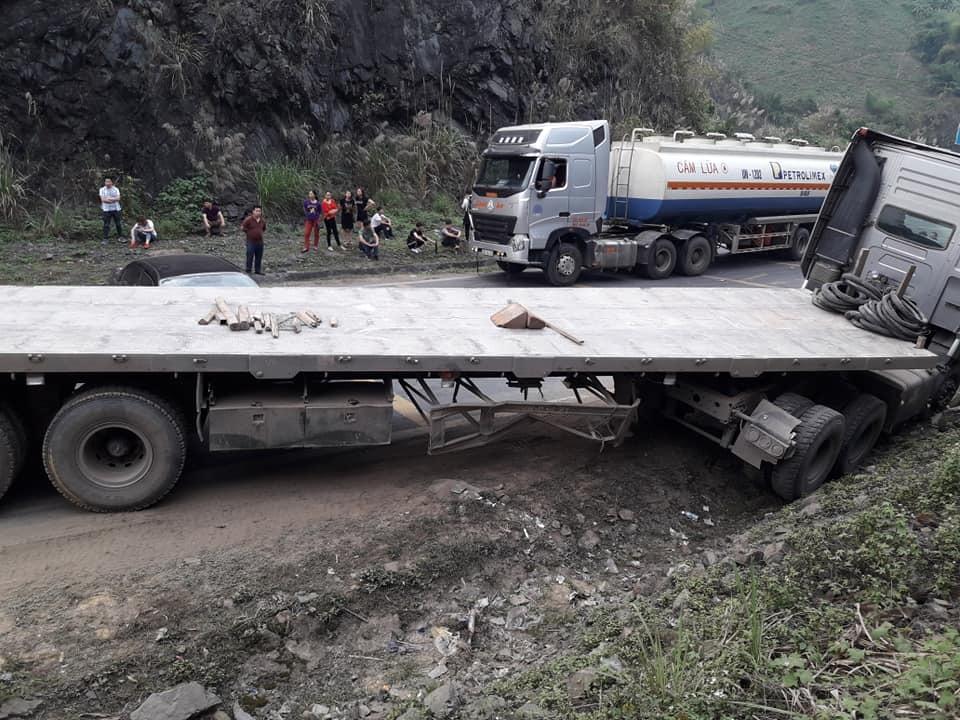 Xe đầu kéo cố lách qua vụ tai nạn, quốc lộ 6 kẹt kinh hoàng