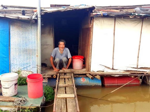 Người đàn bà 'theo không', 30 năm hạnh phúc bên anh hàng nước