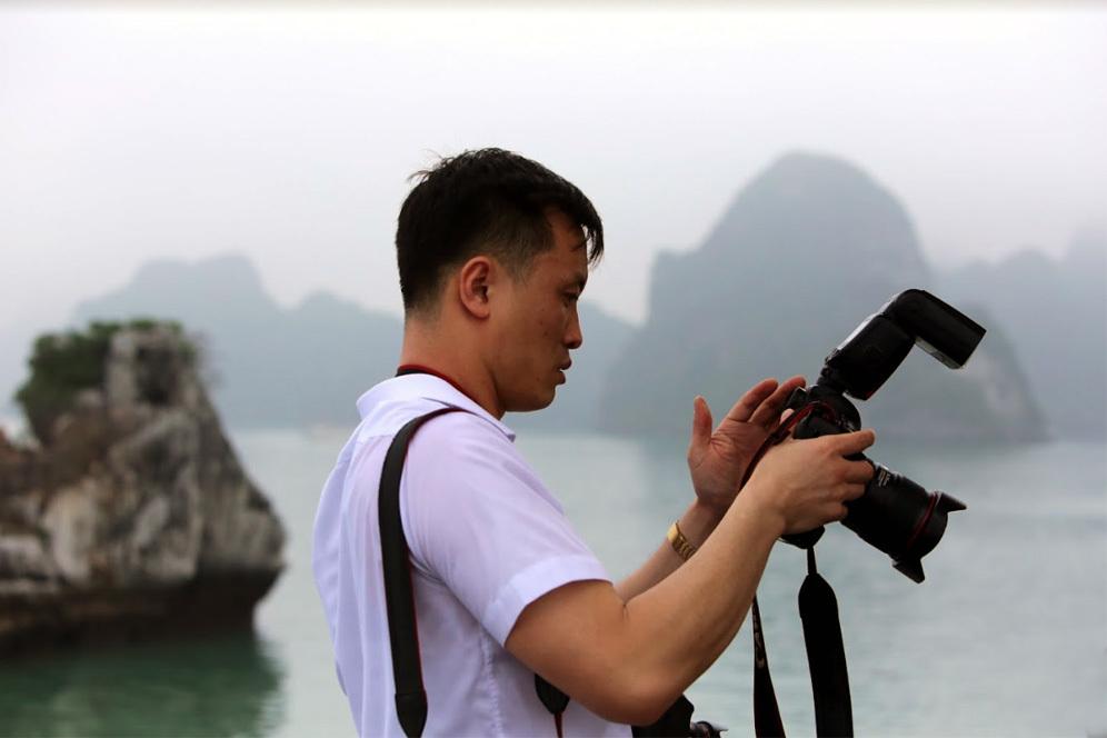 Tác phong 'mật vụ' rất riêng của phóng viên Triều Tiên theo chân ông Kim Jong-un