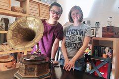 Buôn đồ cổ từ Châu Âu về Việt Nam: Bất ngờ với những món hàng 'độc'