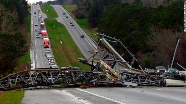 Lốc xoáy tấn công nước Mỹ, 14 người thiệt mạng