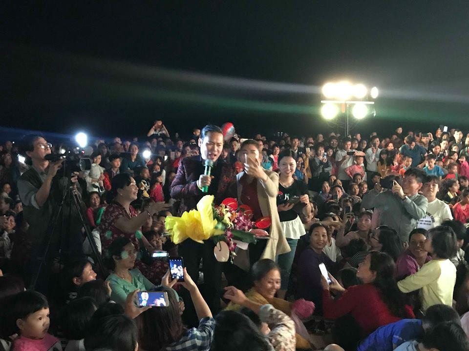 Fan nữ 'cưỡng hôn' Vượng Râu khiến chồng ghen tuông giữa vạn khán giả