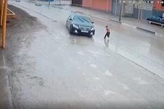 Xem ôtô đánh lái ngoạn mục, tránh em bé băng qua đường