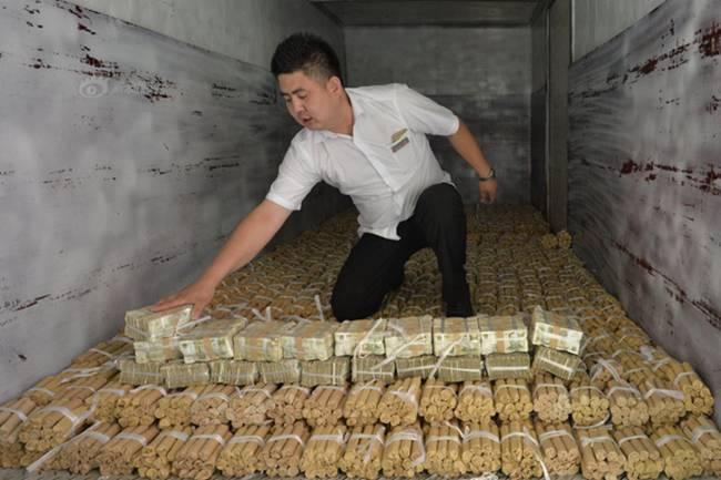 Những vị khách chở cả 'núi' tiền xu đi mua xế hộp