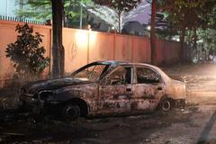 Tập lái lao vào bãi rác, 'xế hộp' bốc cháy ngùn ngụt