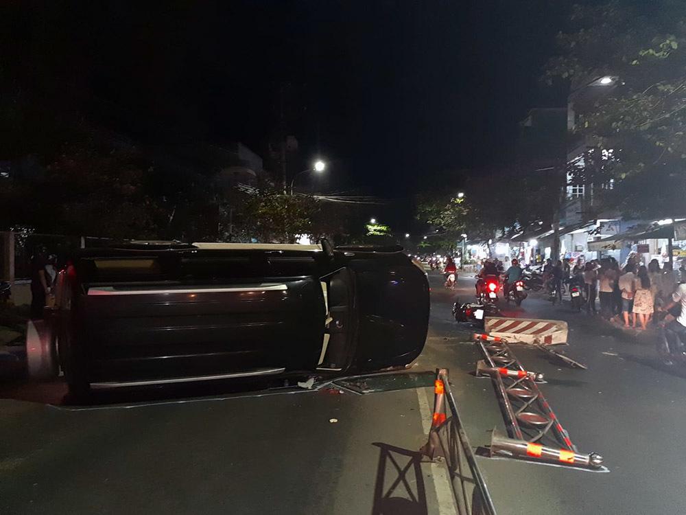 Ô tô biển xanh tông xe SH rồi 'phơi bụng' giữa đường