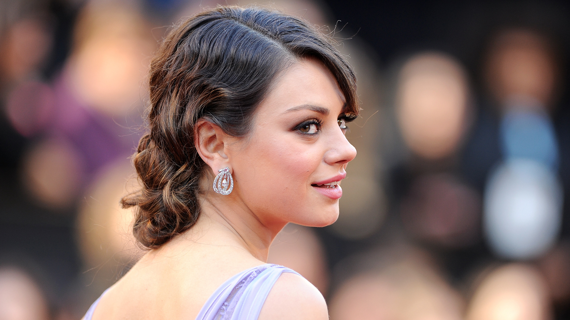 Mila Kunis thu hút bởi vẻ đẹp sắc sảo. Cô kết hôn với nam diễn viên Ashton Kutcher năm 2015 và sống hạnh phúc từ đó đến nay.