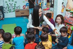 Ca sĩ Phạm Thuỳ Dung vượt rừng đến với trẻ nghèo