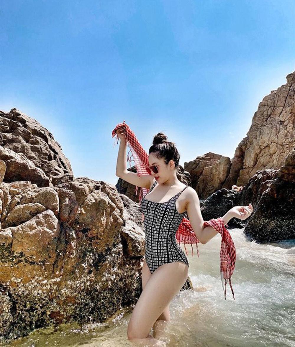 Hot girl Trâm Anh khoe ảnh áo tắm sexy, khẳng định chỉ sửa mũi