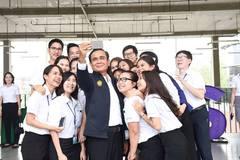 Thủ tướng Thái Lan ra mắt bản tình ca tự viết