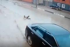 Đánh lái xuất thần, tài xế ôtô cứu sống bé trai trong tích tắc