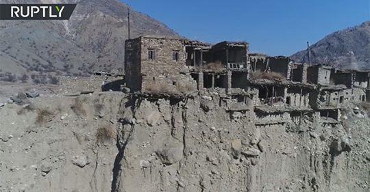 Đứng tim với làng 'ma' cheo leo trên vách núi