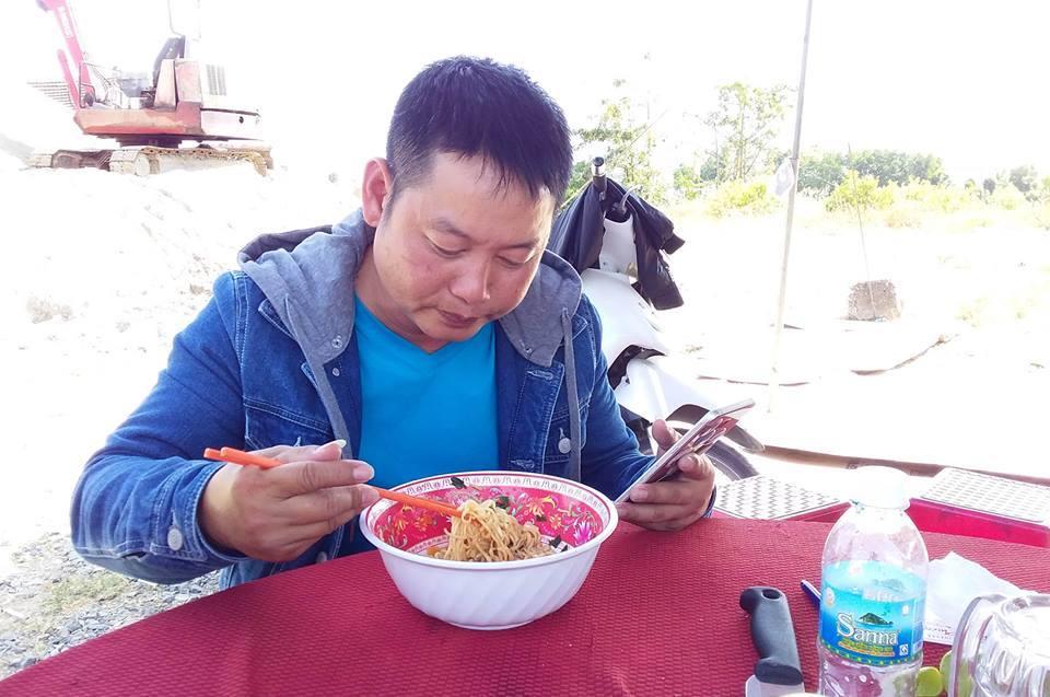 Kỳ lạ cả chục người dựng lều, ăn mì ngồi đếm xe qua trạm BOT