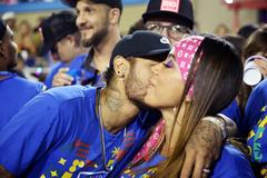 """Neymar """"quẩy tưng"""", hôn ca sĩ nhạc pop ở lễ hội carnival"""
