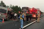Xe khách lao thẳng đuôi xe container trên cao tốc, 1 người chết