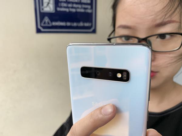 Mở hộp phiên bản vỏ gốm siêu độc của Galaxy S10+ tại Việt Nam