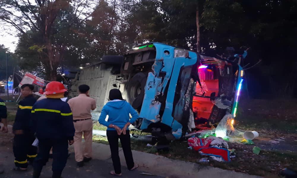 Xe khách đâm xe tải rồi lật ngửa, hàng chục người bị thương kêu cứu