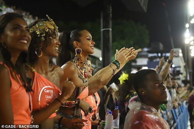 Thiên thần Victoria's Secret gợi cảm dự lễ hội carnival